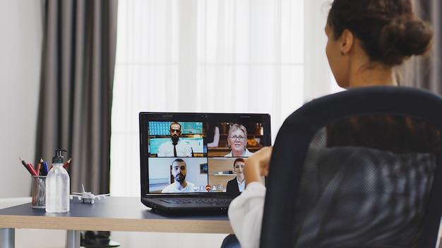 Деловая женщина высказывает свое мнение во время видеозвонка с коллегами.
