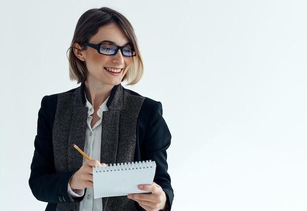 Деловая женщина-секретарь-психолог документирует костюм очков.