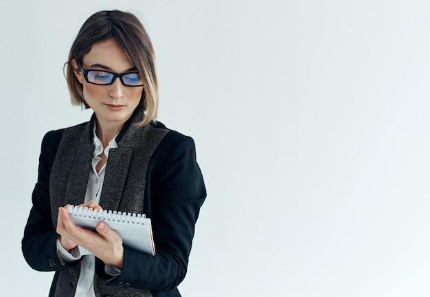 Деловая женщина секретарь психолог документы очки