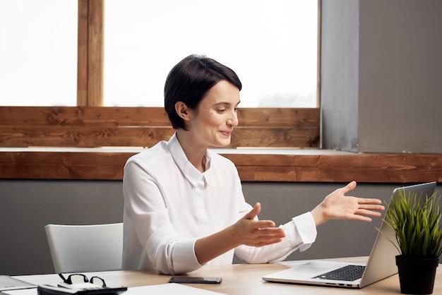 Деловая женщина секретарь рабочий стол офис ноутбук связь