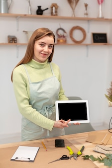 Деловая женщина показывает планшет