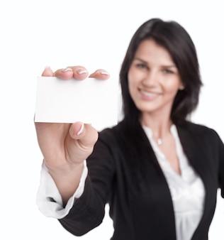 그녀의 빈 명함을 보여주는 비즈니스 우먼. 흰색 배경에 고립