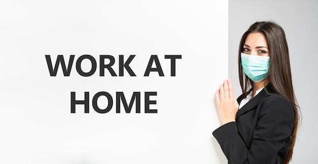 在宅勤務のテキスト、コロナウイルスの作業コンセプトを示すビジネス女性