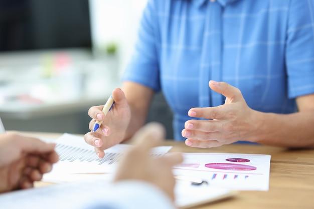 비즈니스 우먼은 거래 관리자 조언의 이점을 설명하는 좋은 통계 보고서를 보여줍니다.