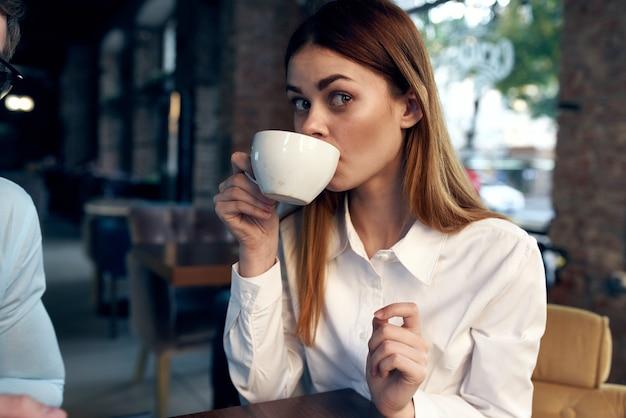 카페 작업 커뮤니케이션 라이프 스타일에 앉아 비즈니스 우먼