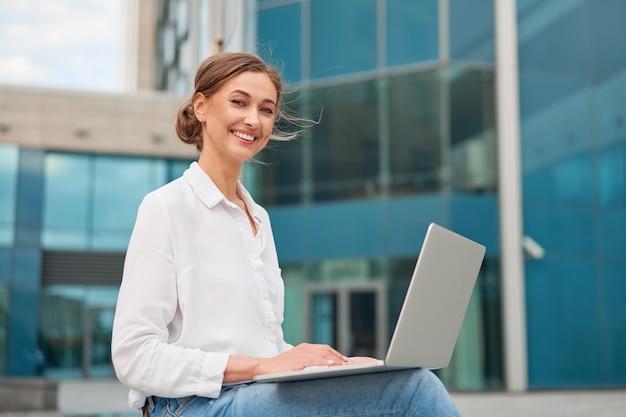 Деловая женщина успешная женщина деловой человек открытый с клеткой ноутбук