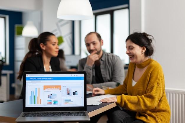비즈니스 여성은 금융 프로젝트에 대해 이야기하고, 메모를 하고, 노트북을 사용하여 시작 아이디어를 논의합니다. 다양한 직원들이 공동 작업, 바쁜 회사의 작업 프로세스, 팀워크 도움말 개념에 모였습니다.