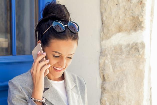 Деловая женщина разговаривает по мобильному телефону.