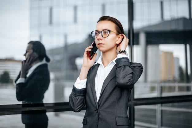 市内で電話で話しているビジネスウーマン