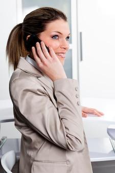 電話で話しているビジネスウーマン