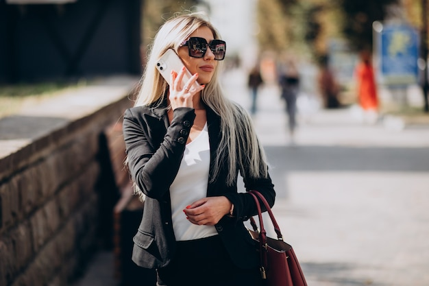 Donna d'affari parlando al telefono