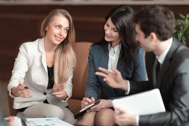 Деловая женщина разговаривает со своей бизнес-командой