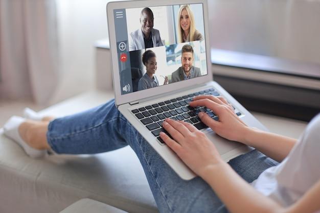 Деловая женщина разговаривает со своими коллегами по видеоконференции. бизнес-группа, работающая из дома с помощью ноутбука.
