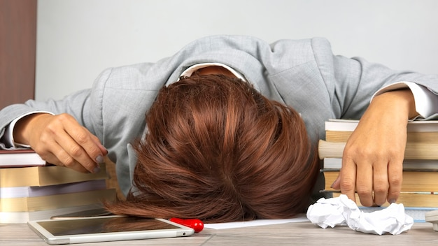 Деловая женщина устала в офисе и волновалась в эмоциях. стресс и головная боль