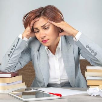 Деловая женщина устала в офисе и обеспокоена эмоциями
