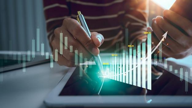 株式市場のビジネスウーマントレーダーは、成長グラフを実行し、統計率を高めます。