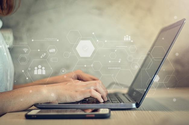 ビジネスウーマンタイピングキーボードラップトップハンズプロセスリサーチプロジェクトマネージャービジネスチームワーキングスタートアップ現代のオフィステクノロジーアイコン革新的な株式市場分析グラフインターフェース