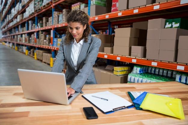 그녀의 노트북에 입력하는 비즈니스 우먼