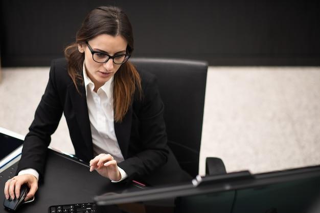 그녀의 현대 사무실에서 태블릿을 사용하는 비즈니스 우먼, 사업가 경력 개념