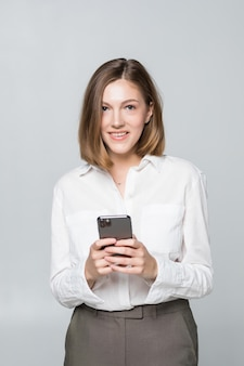 흰색 배경 위에 스마트 폰에 앱을 사용하는 비즈니스 우먼