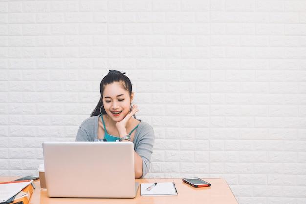 Деловая женщина, используя ноутбук для работы в интернете