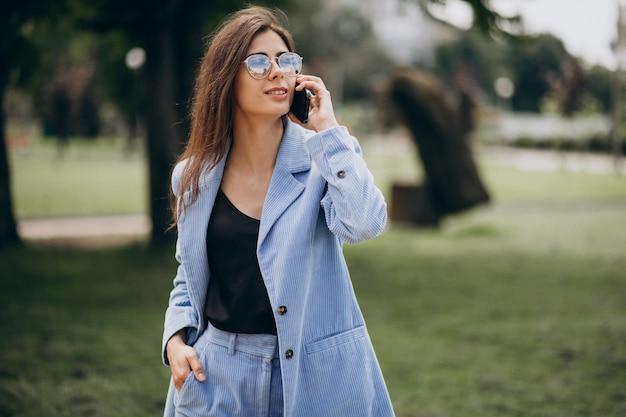 공원에서 전화를 사용 하여 비즈니스 우먼