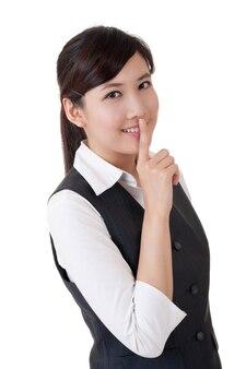 Деловая женщина хочет, чтобы вы молчали, портрет крупным планом на белом фоне.