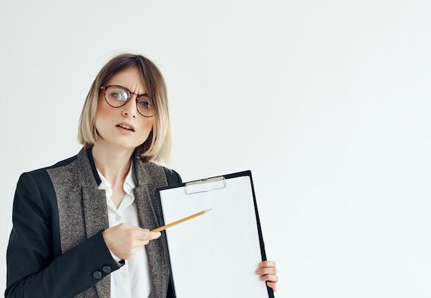 眼鏡をかけているビジネス女性は、オフィスのプロの明るい背景を文書化します。高品質の写真