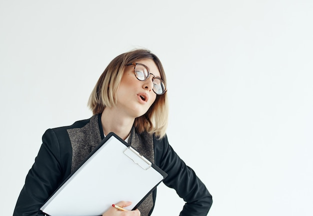 眼鏡をかけているビジネスウーマンは、仕事の広告を文書化します。高品質の写真