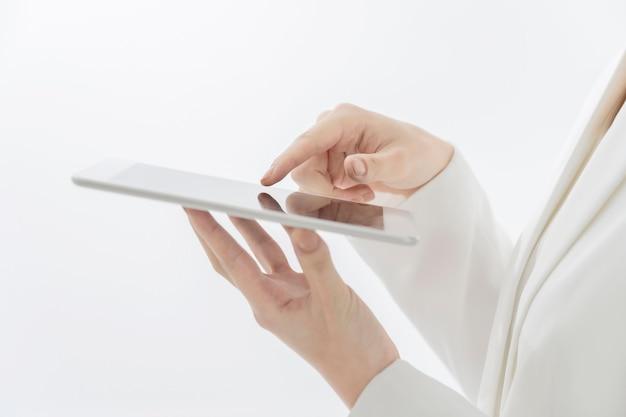 태블릿 pc의 화면을 터치하는 비즈니스 우먼