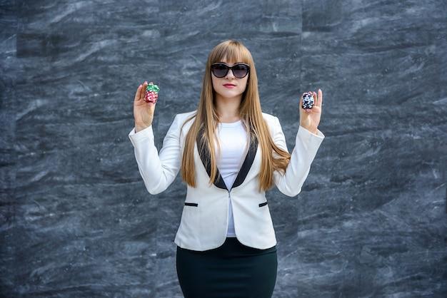 카지노에서 비즈니스 여자 승리. 포커 칩과 함께 행복 한 여자입니다.
