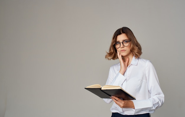 그녀의 손에 노트북과 그녀의 얼굴에 안경 비즈니스 우먼