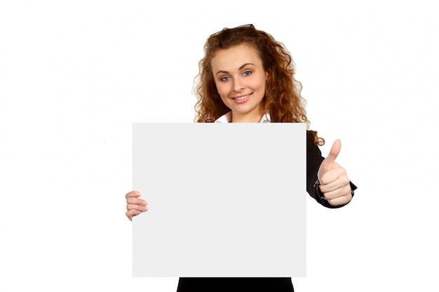 Деловая женщина с пустым плакатом