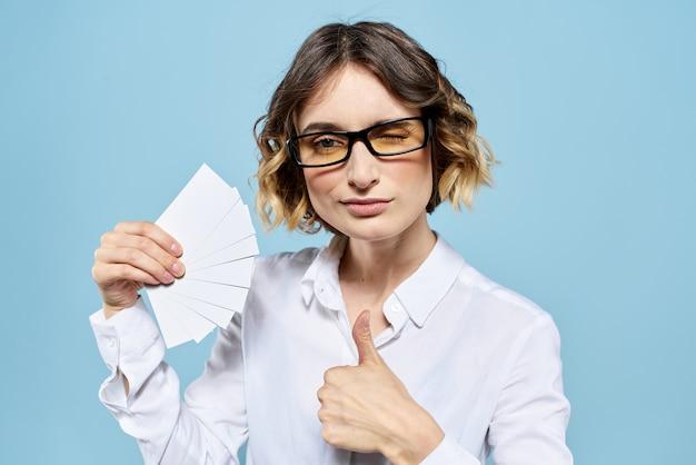 Деловая женщина с визитными карточками кредитной карты синем фоне