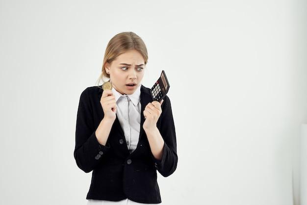 계산기와 동전 비트코인 금융 경제를 가진 비즈니스 우먼