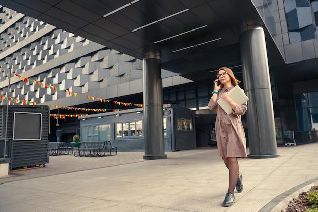 현대 기업 건물에 컴퓨터와 비즈니스 여자.