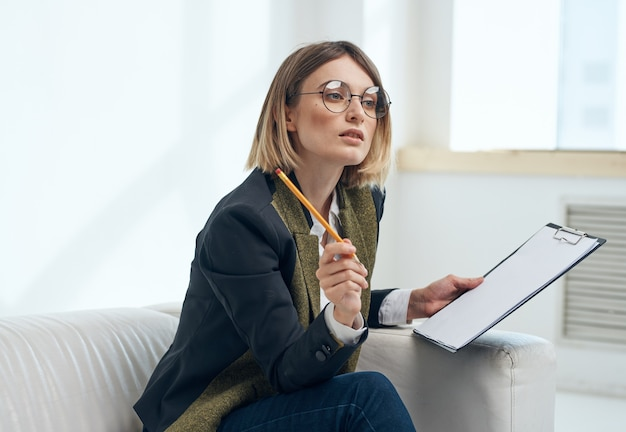 ドキュメントクラシックスーツ明るい部屋の窓を持つビジネス女性。高品質の写真