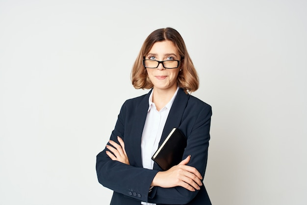 문서를 손에 들고 있는 비즈니스 여성은 전문적인 자신감을 가지고 있습니다. 고품질 사진