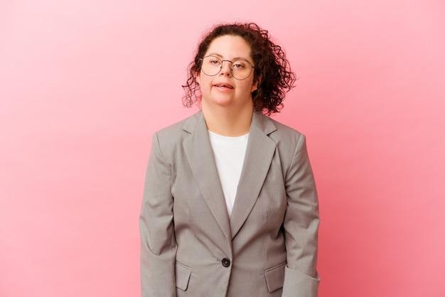 다운 증후군을 가진 비즈니스 여자는 분홍색 벽에 행복하고 웃고 쾌활한