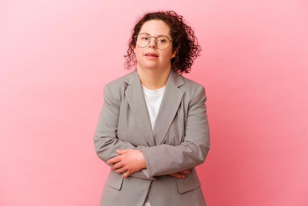핑크 벽 웃으면 서 재미에 고립 된 다운 증후군을 가진 비즈니스 여자.