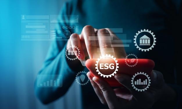 Esg 환경 녹색 비즈니스 개념을 가진 비즈니스 여성, 환경 사회 거버넌스 개념의 모바일 장비 가상 현실을 손에 들고 있습니다.
