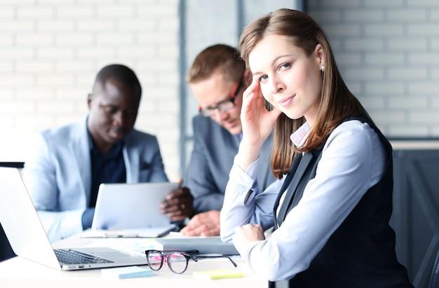 직원이 있는 비즈니스 여성, 현대적인 밝은 사무실 실내 배경에 있는 사람들