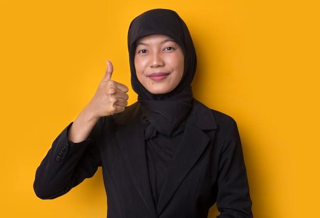 확인 제스처를 보여주는 hijab 초상화와 비즈니스 우먼