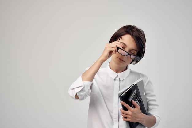 ノートパソコンのドキュメントを持つビジネスウーマン財務事務所の秘書