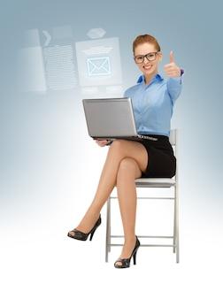 Деловая женщина с ноутбуком показывает палец вверх