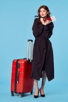 荷物パスポートと飛行機のチケット旅行を持つビジネスウーマン