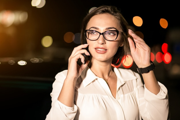 Donna di affari con il telefono