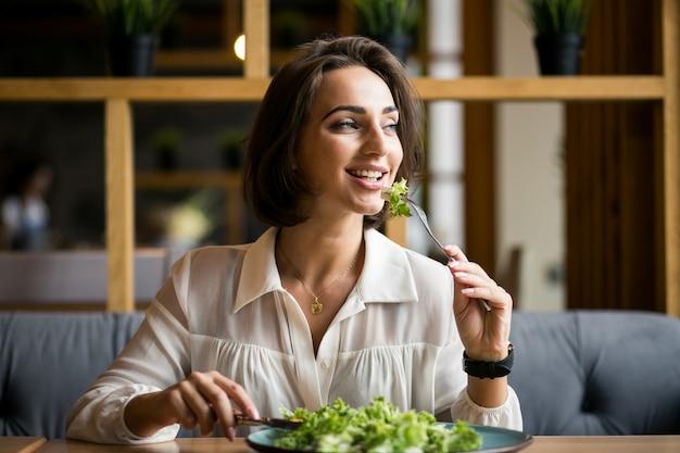 Donna di affari con insalata