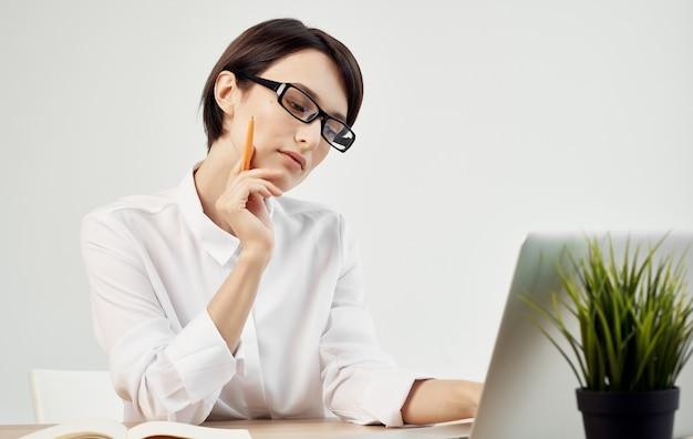ビジネスウーマンワークデスクノートパソコンオフィスマネージャー。