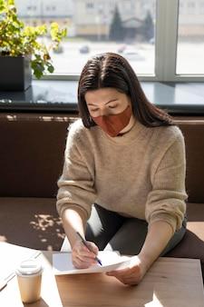 Donna d'affari al lavoro di allontanamento sociale